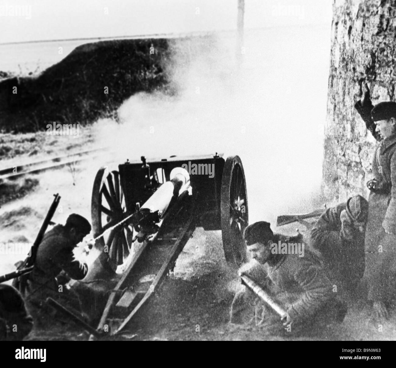 I soldati sparare una luce pistola di artiglieria Immagini Stock fb3aa4ab3a2b