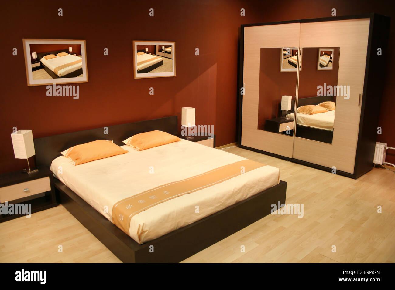 Camera Da Letto Pittura Marrone : Camera da letto marrone foto immagine stock  alamy