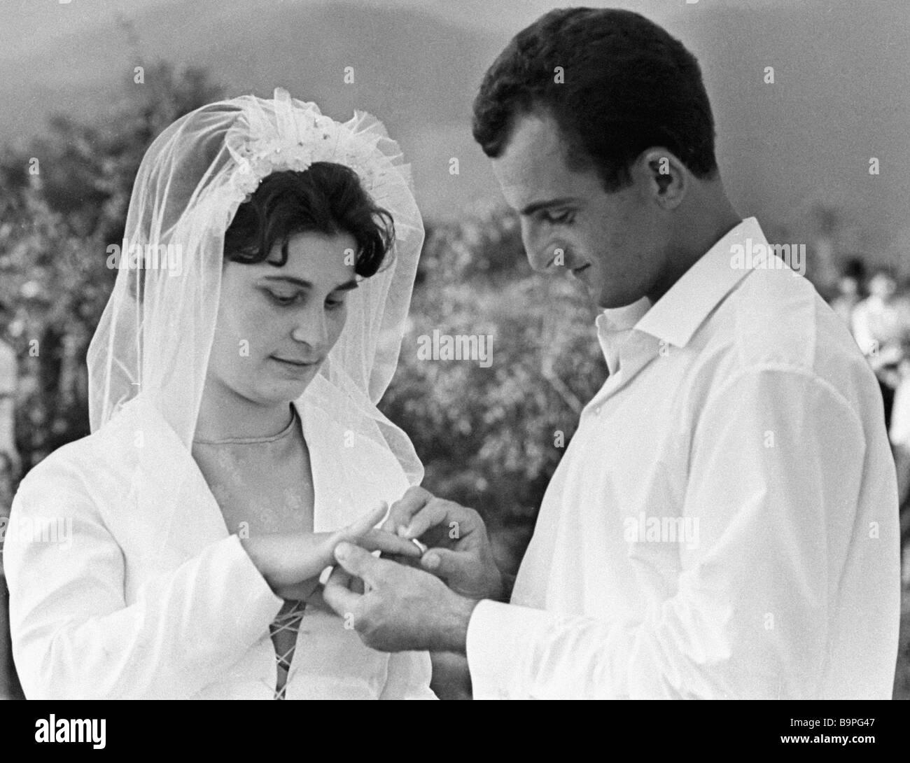 Gli abitanti di un villaggio di Akhalsopeli scambiare gli anelli di nozze Immagini Stock
