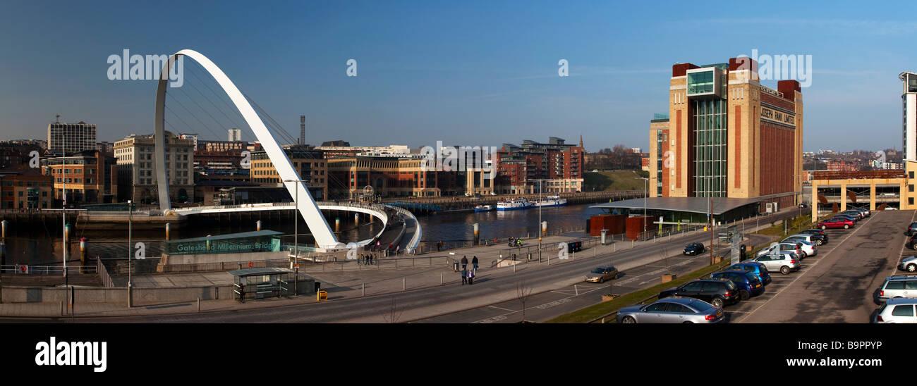 Il Millenium Bridge e il Baltic Arts Centre Gateshead Tyne and Wear Foto Stock