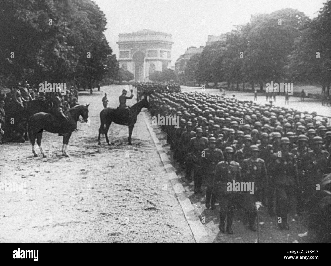 Le truppe di Hitler per le strade di Parigi in la grande vittoria del popolo sovietico documentario Foto Stock