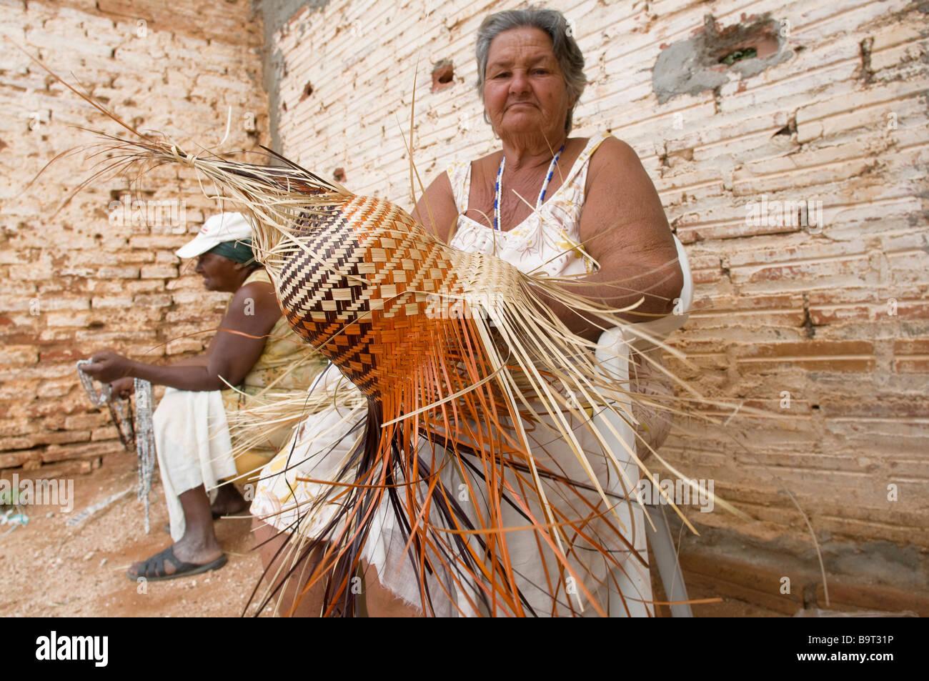 Signora locale weav es un cappello di paglia Immagini Stock a6df93f2dec0