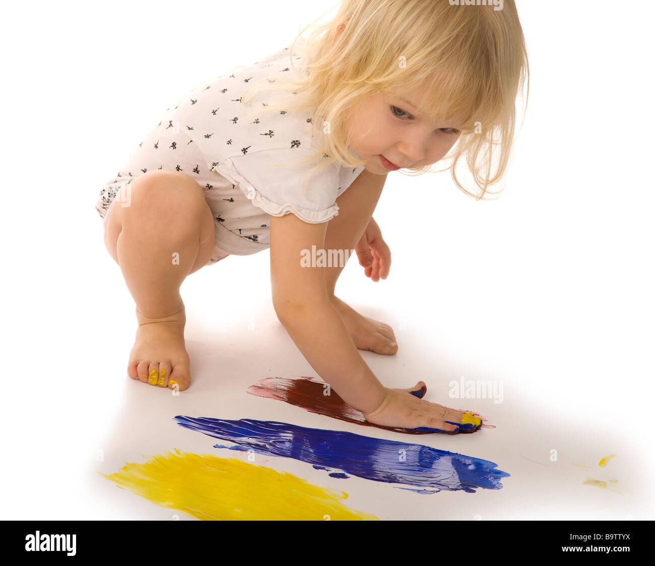 Piccola ragazza gouache dipinto su sfondo bianco Immagini Stock