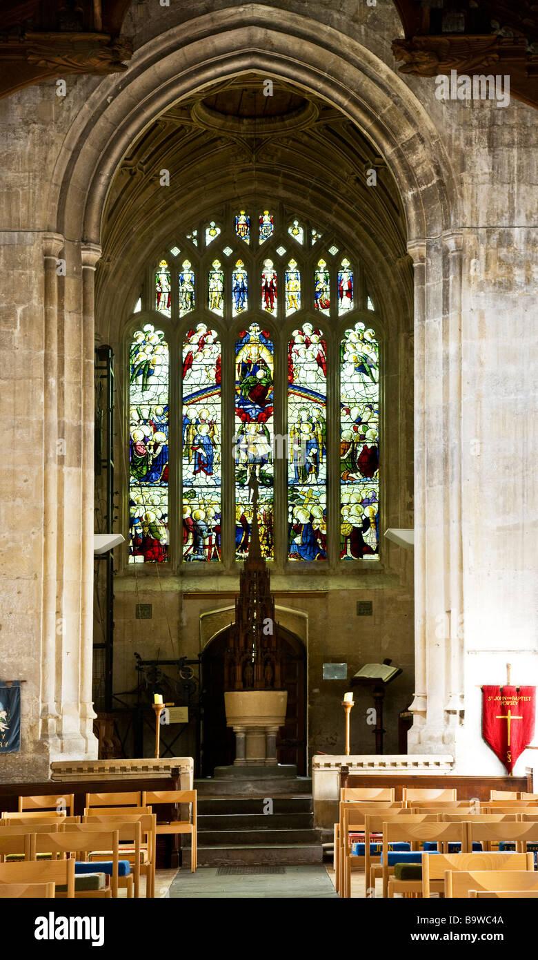 Font e vetrata di St Johns chiesa nel villaggio inglese di Pewsey nel Wiltshire, Inghilterra REGNO UNITO Immagini Stock