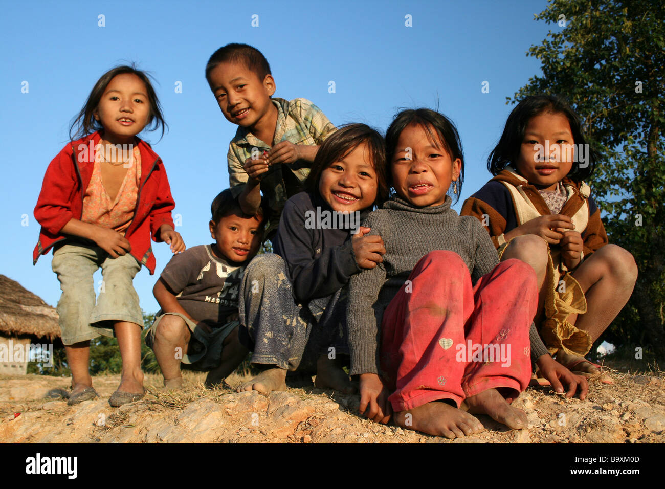 Un gruppo di sorridenti Konyak Naga tribù bambini Immagini Stock