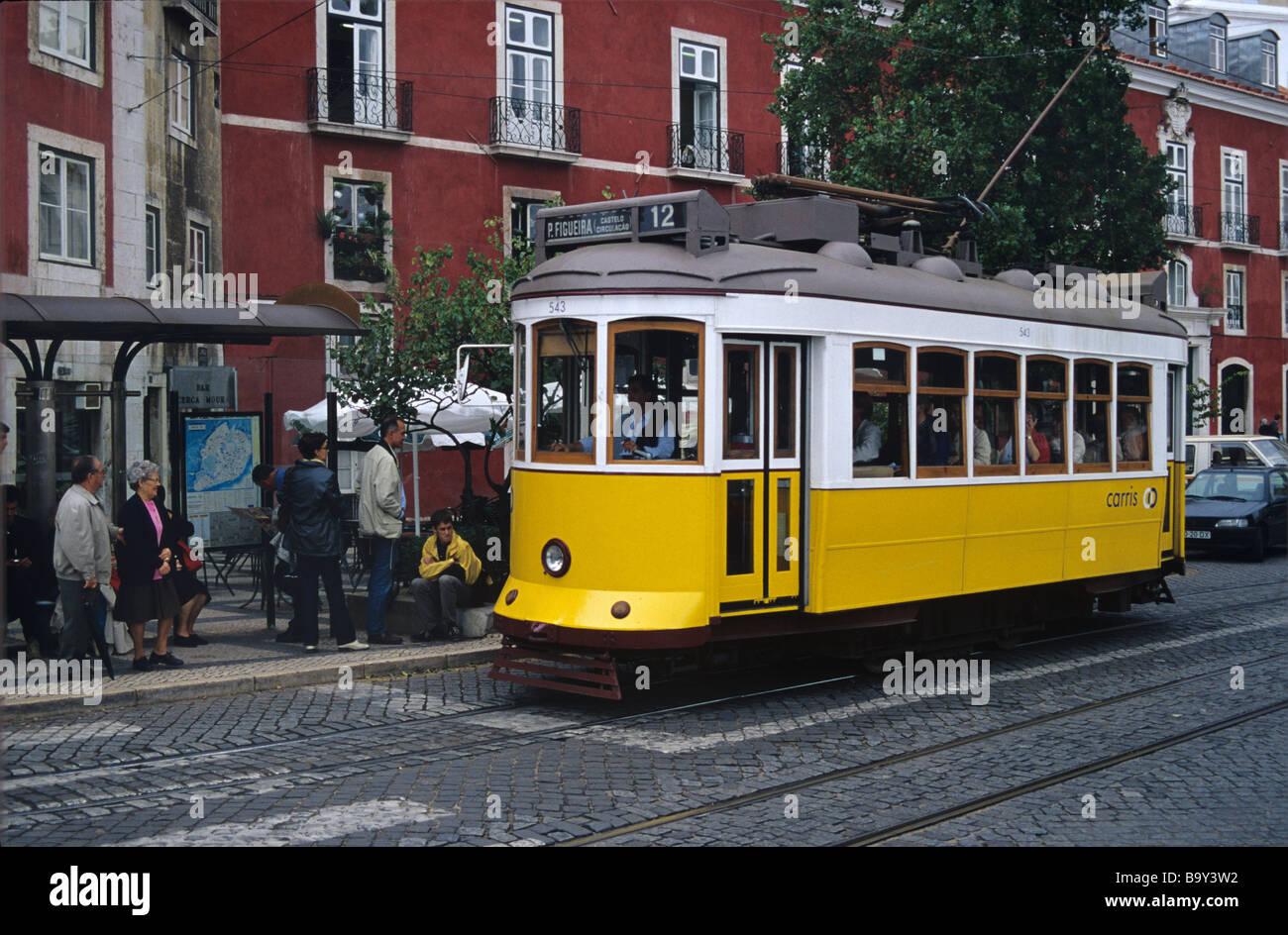 Con il tram (n. 12) di fronte al Museo di Arti Decorative, Alfama, Lisbona, Portogallo Immagini Stock