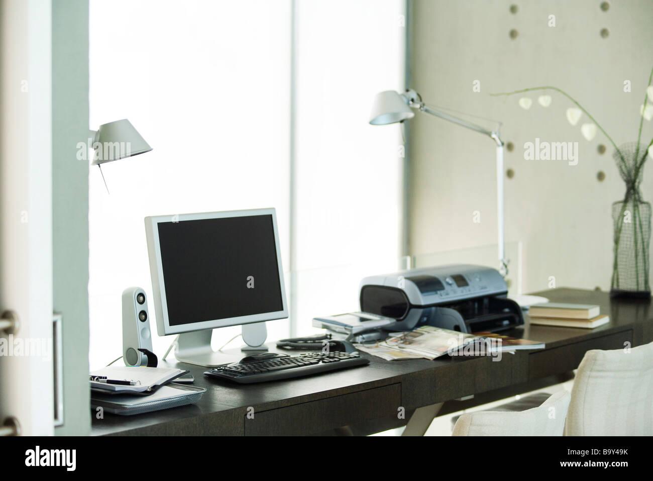Il computer e la stampante sulla scrivania in ufficio in casa Immagini Stock