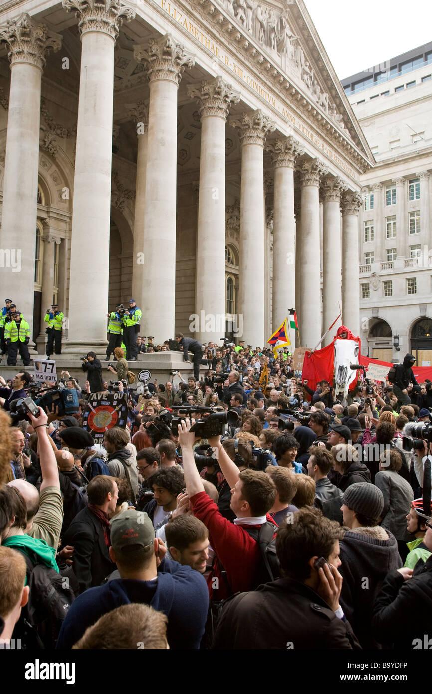 Contro la globalizzazione e il capitalismo dimostranti fuori la Banca d'Inghilterra Immagini Stock