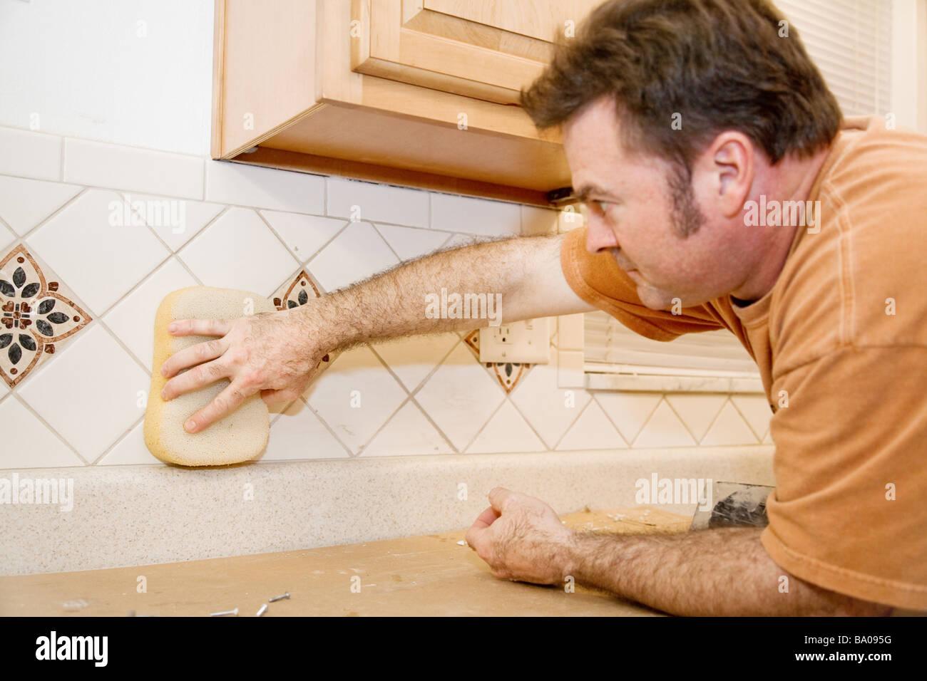 Piastrella lavoratore tergi boiacca da una nuova cucina
