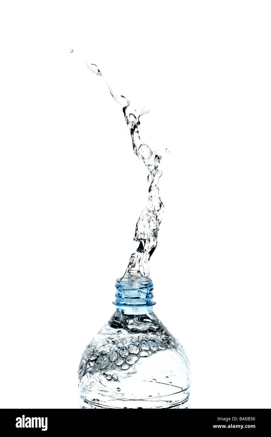 Spruzzi d'acqua da una bottiglia Immagini Stock