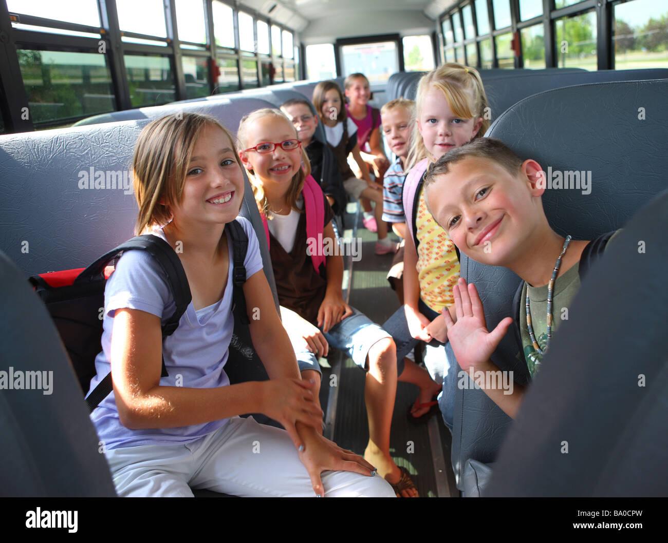 Un gruppo di bambini della scuola sul bus Immagini Stock