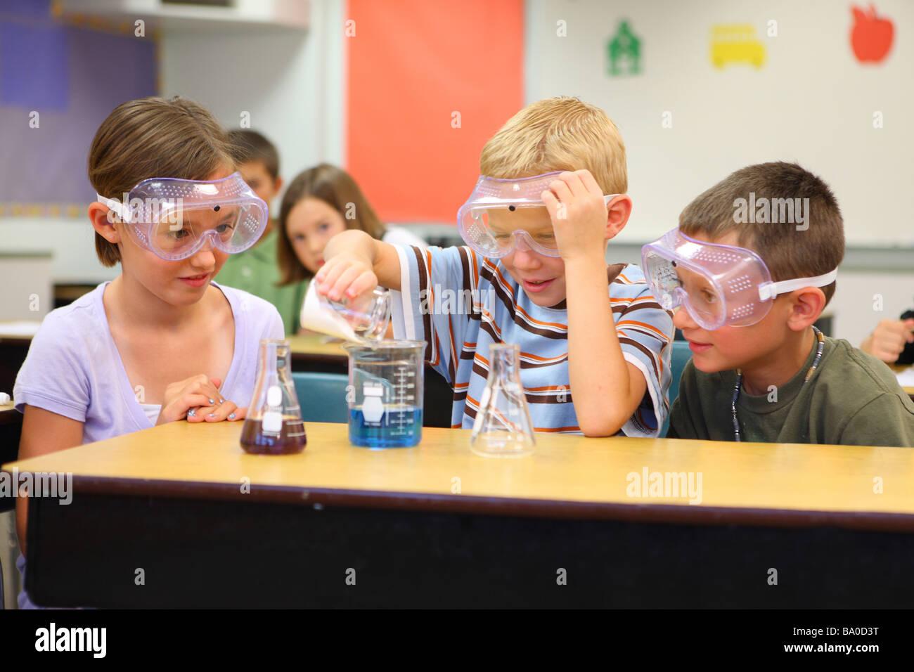 La scuola dei bambini a fare un esperimento scientifico Immagini Stock