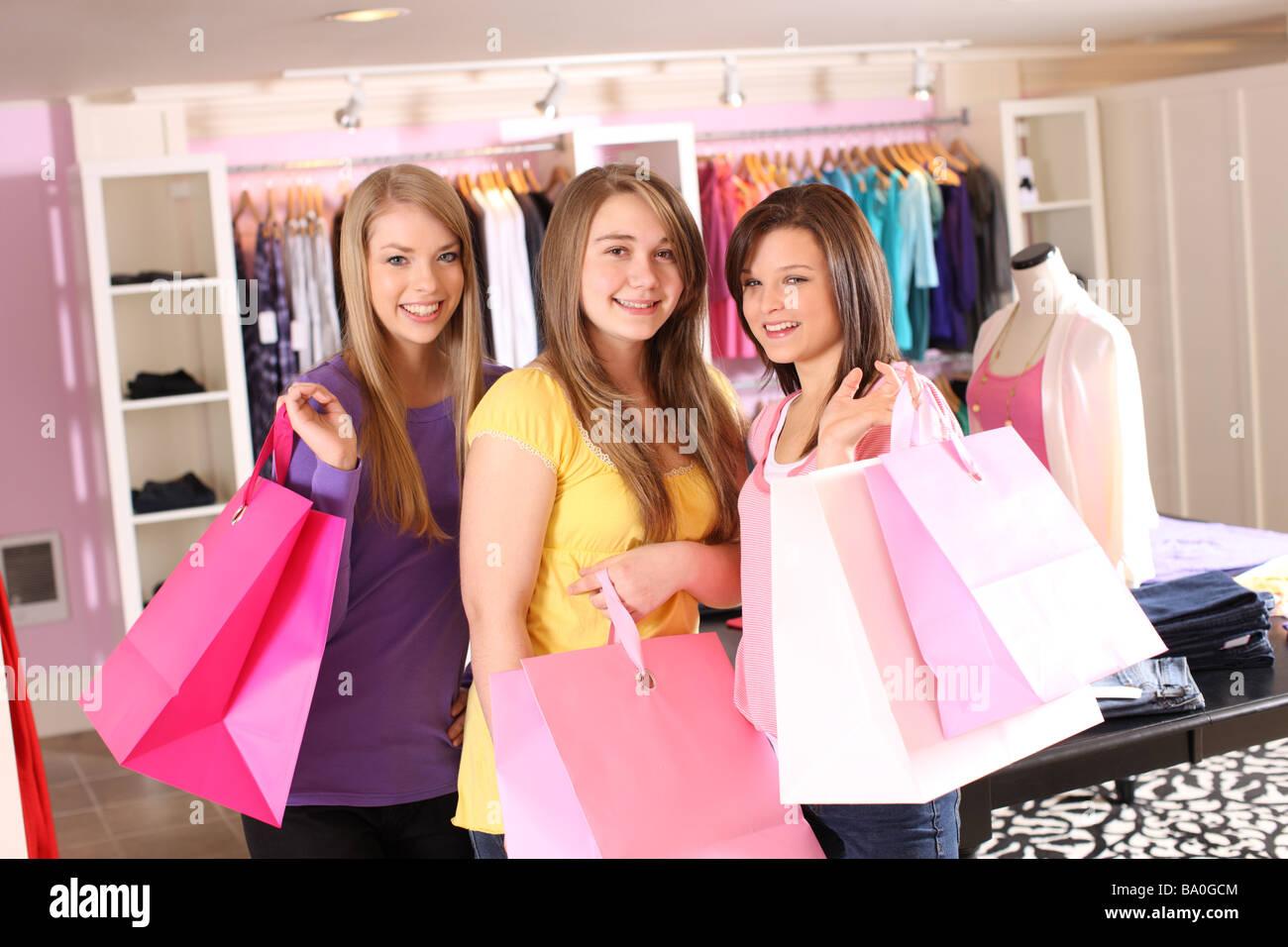 Ritratto di tre teen shoppers Immagini Stock