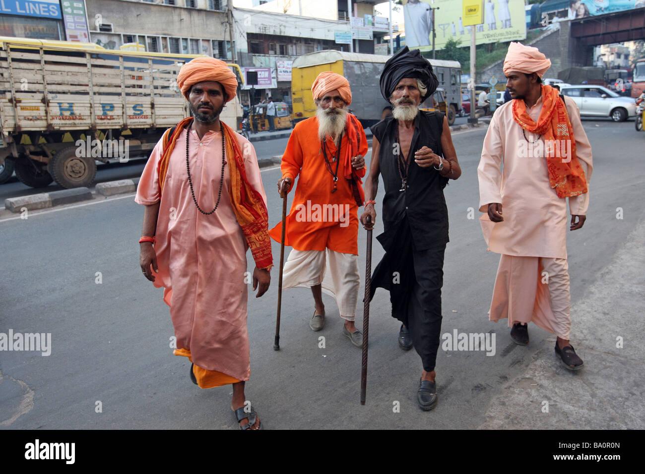 Sadhus o santi uomini camminando per le strade di Hyderabad India presentando un colorato fetta di vita nelle vie Immagini Stock