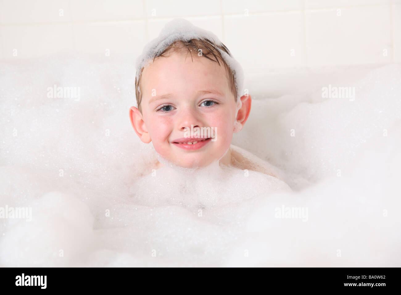Ritratto di giovane ragazzo in bagno di bolle Immagini Stock