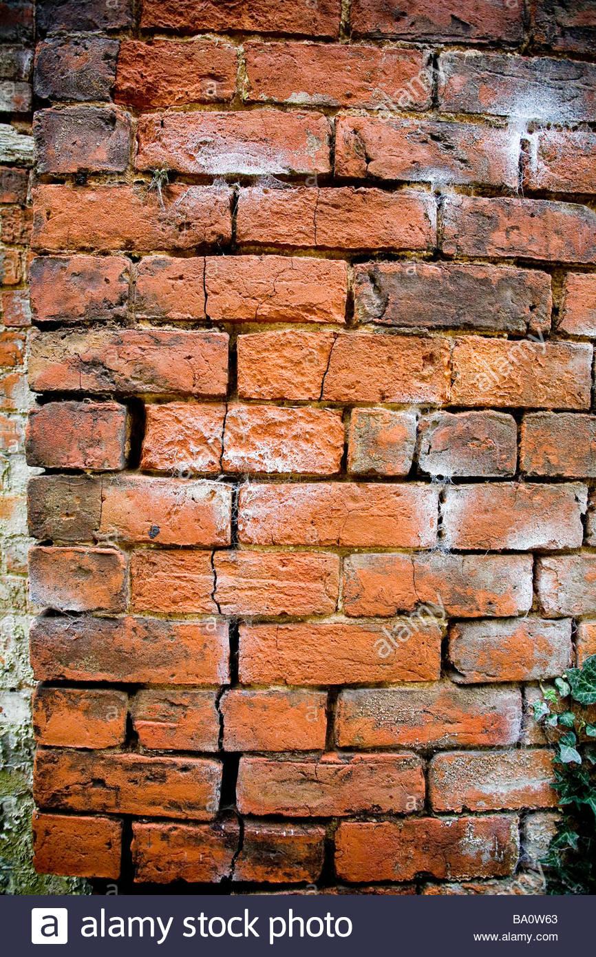 Un danneggiamento del muro di mattoni Immagini Stock