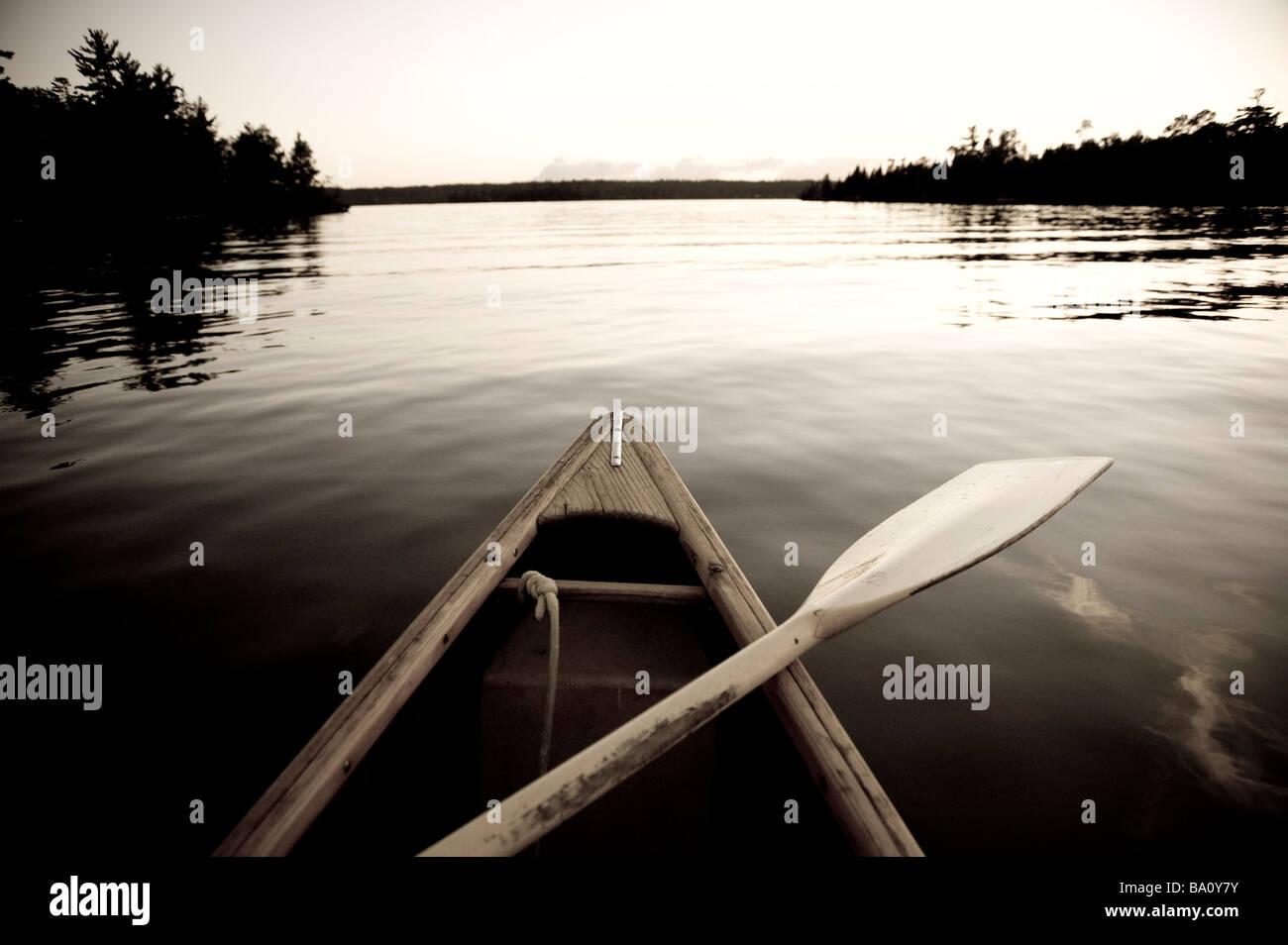 Il lago dei boschi, Ontario, Canada; barca sull'acqua Immagini Stock