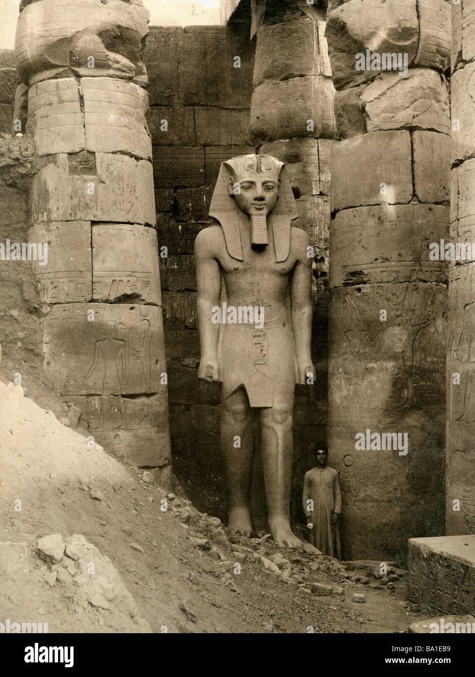 Geografia / viaggi, Egitto, Tebe East Bank, Karnak e il tempio di Amon-Ra, colossale statua di Re Ramseses II (circa Immagini Stock