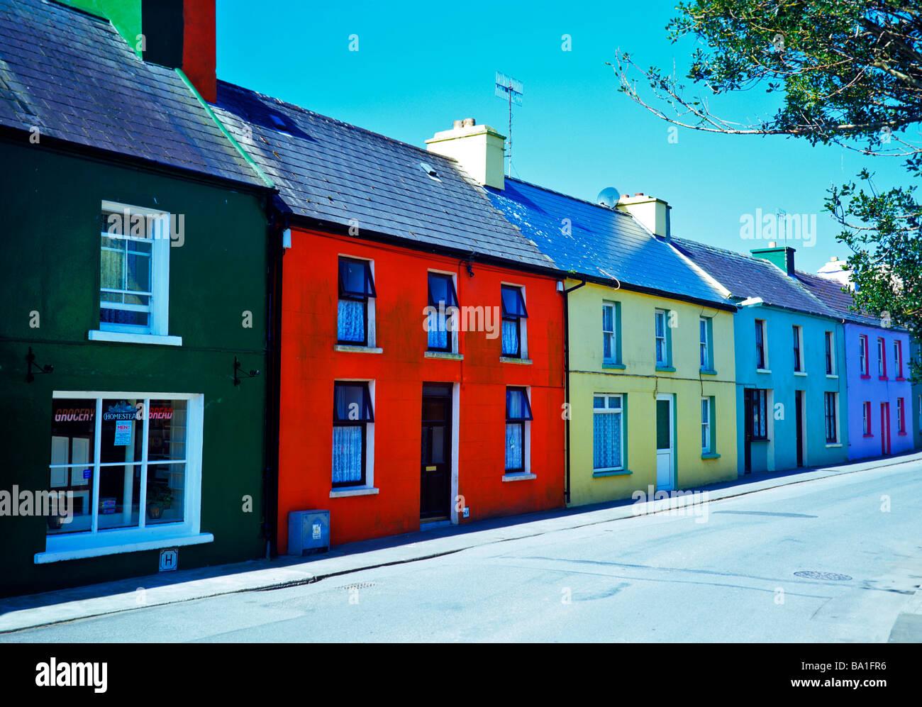 Splendida giornata di sole con case colorate in Eyeries sulla penisola di Beara nella contea di Cork Immagini Stock