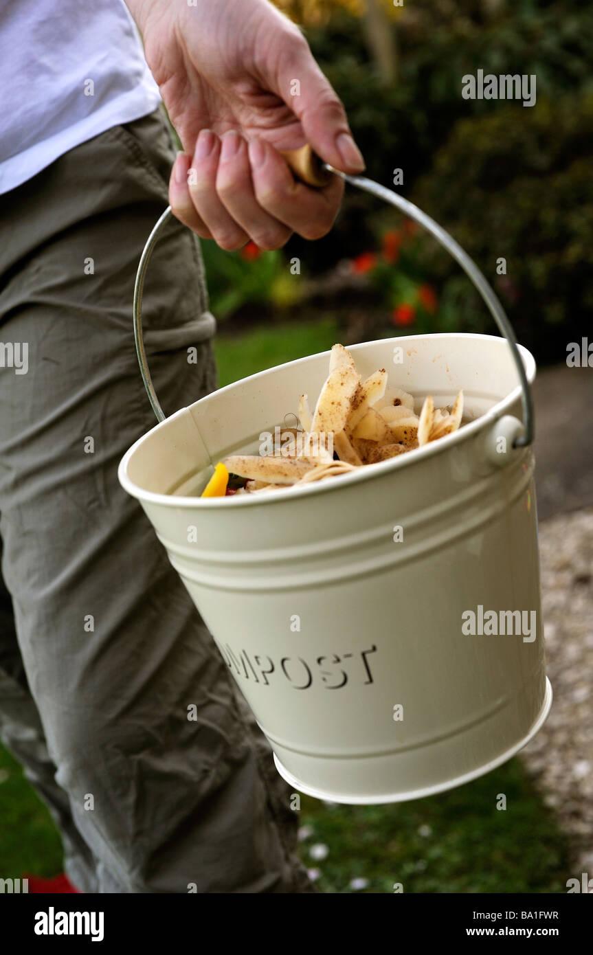 Donna tenendo fuori il compost Immagini Stock
