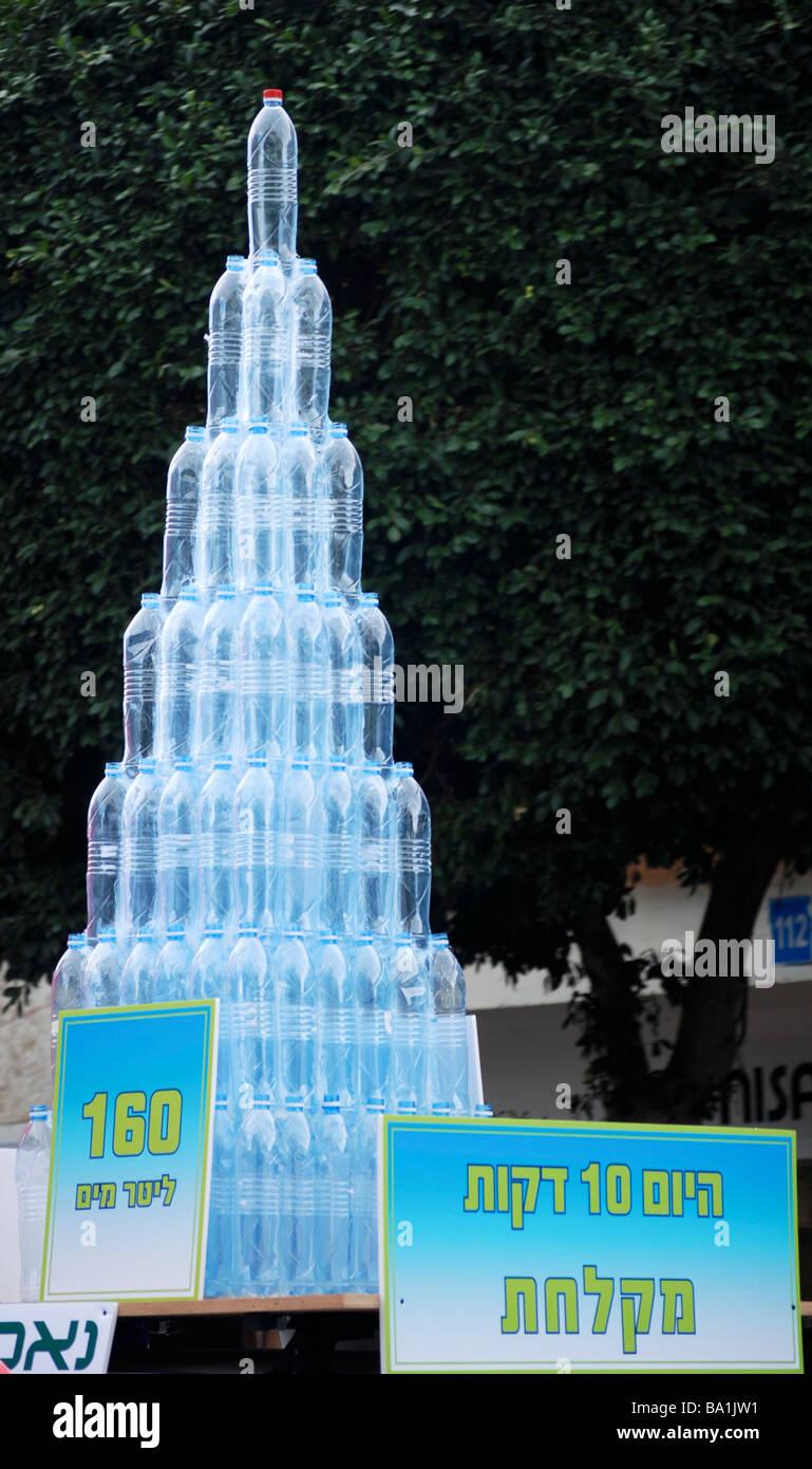 Risparmiare acqua display che mostra bottiglie di acqua minerale contenente 160 litri che è la quantità Immagini Stock