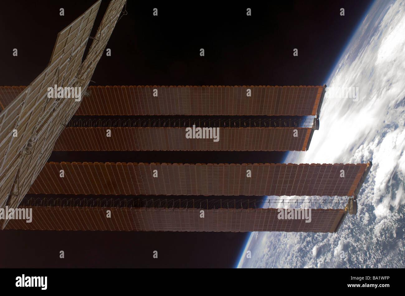 22 marzo 2009 - La Stazione Spaziale Internazionale del solare pannelli di array e la massa di orizzonte. Immagini Stock