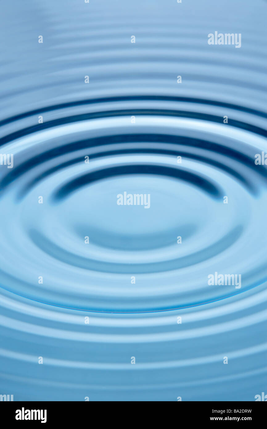 Cerchi concentrici che formano ancora in acqua Immagini Stock
