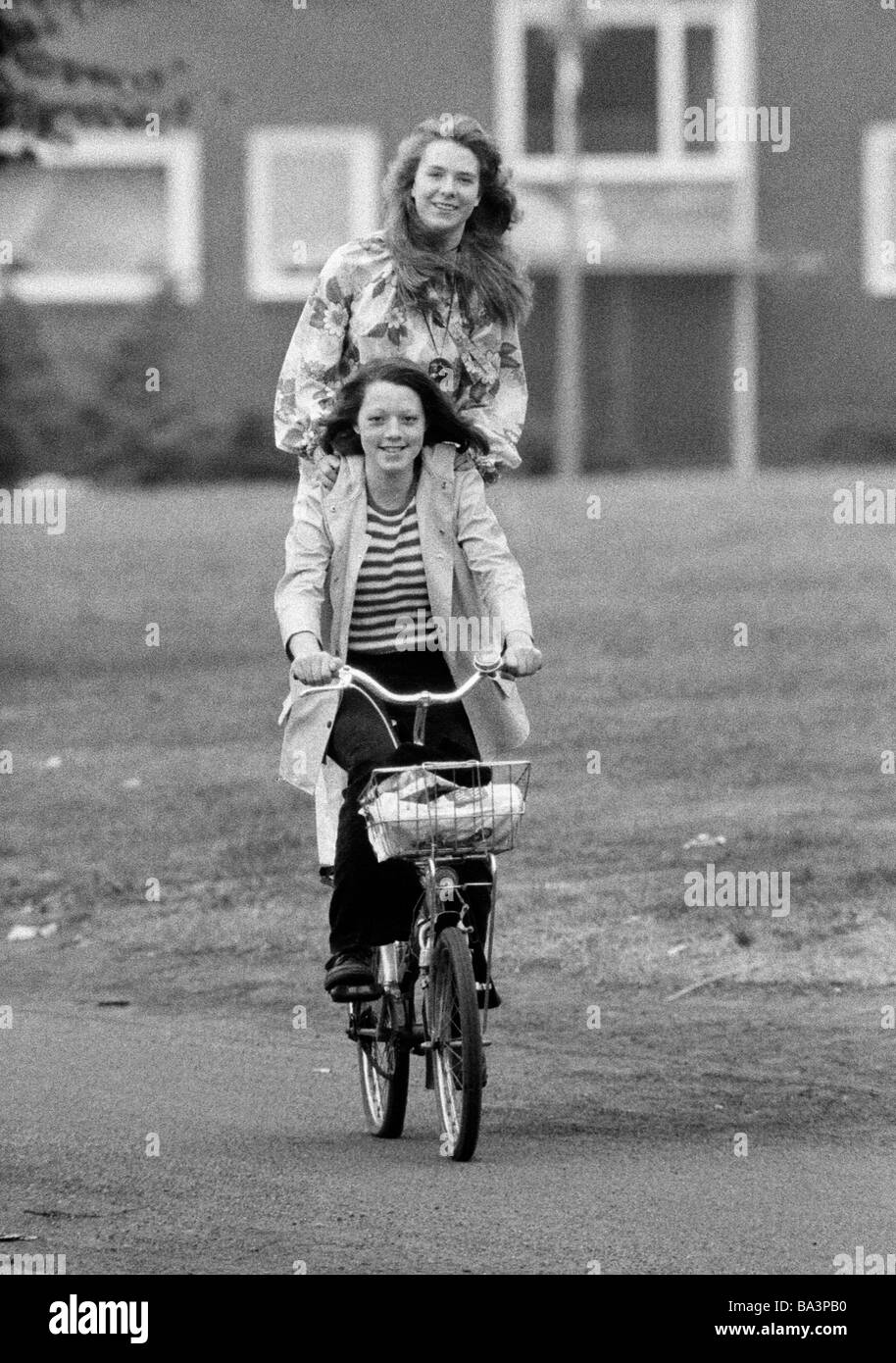 Negli anni settanta, foto in bianco e nero, persone, due