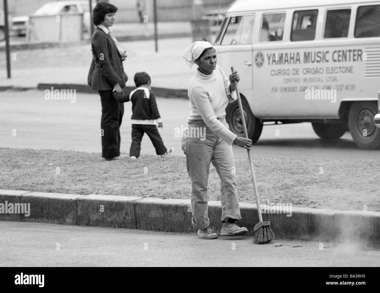 Ottanta, foto in bianco e nero, l'ambiente, la pulizia della strada, spazzatrice stradale con un besom, di età Immagini Stock
