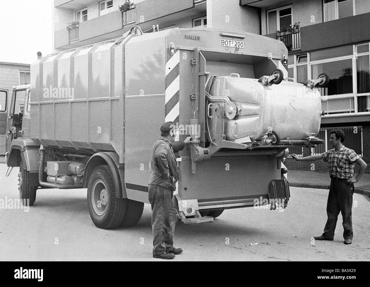Negli anni settanta, foto in bianco e nero, l'ambiente, lo smaltimento dei rifiuti, dustcart, due collettori Immagini Stock