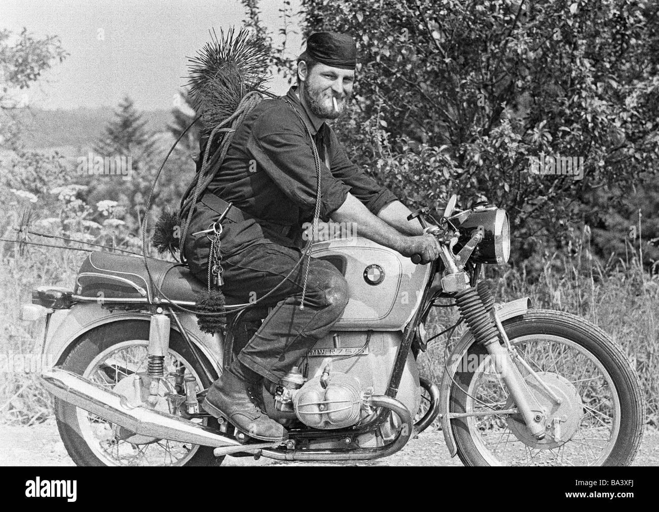 Negli anni settanta, foto in bianco e nero, business, spazzacamino unità su una moto, mojo, età 30-40 Immagini Stock