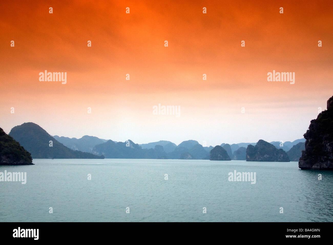 Foschia mattutina vedute della Baia di Ha Long Vietnam Immagini Stock
