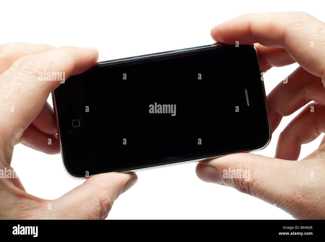 Maschio di mani tenendo iPhone mostra una schermata vuota Immagini Stock