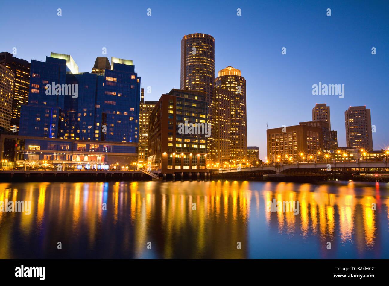 Il Boston Harbor skyline e waterfront al tramonto, il quartiere finanziario Immagini Stock