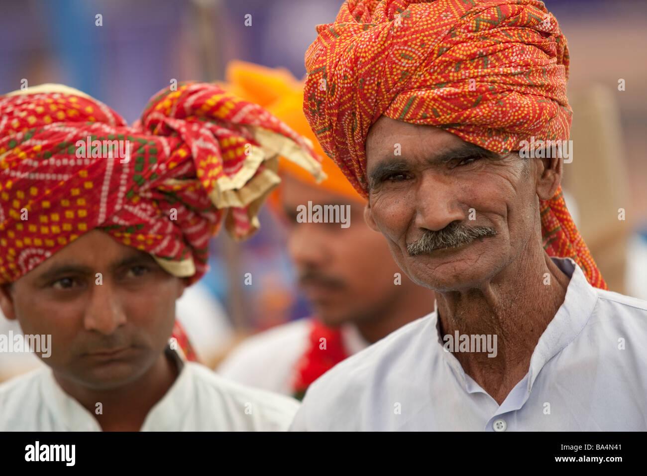 Rajasthani Turbaned musicisti preparazione del gioco in un rally in Palwal Haryana India durante la preparazione Immagini Stock