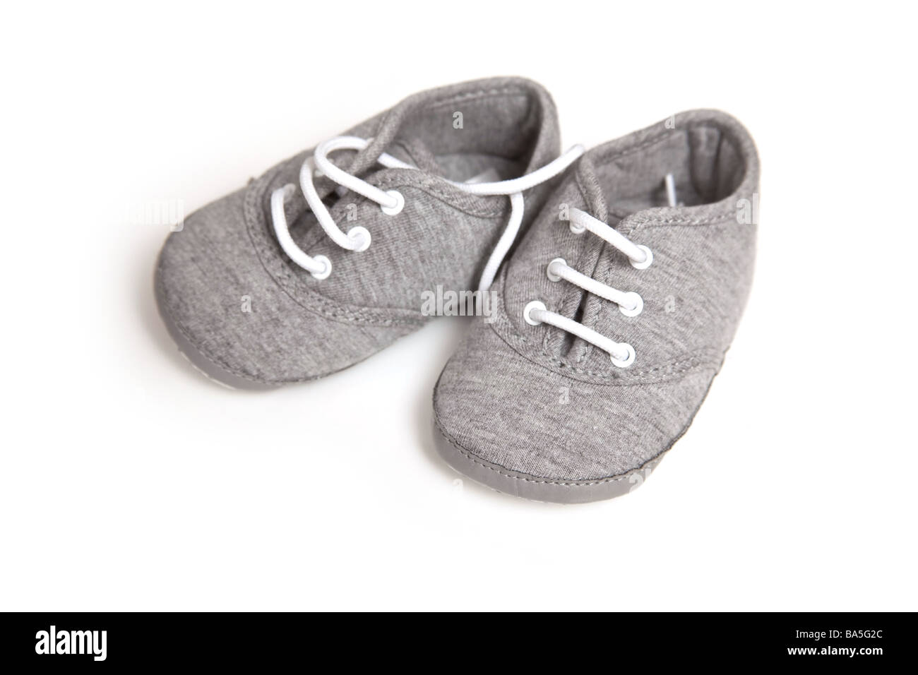 Neonati calzature isolate su un bianco di sfondo per studio Immagini Stock c93ecb62da2