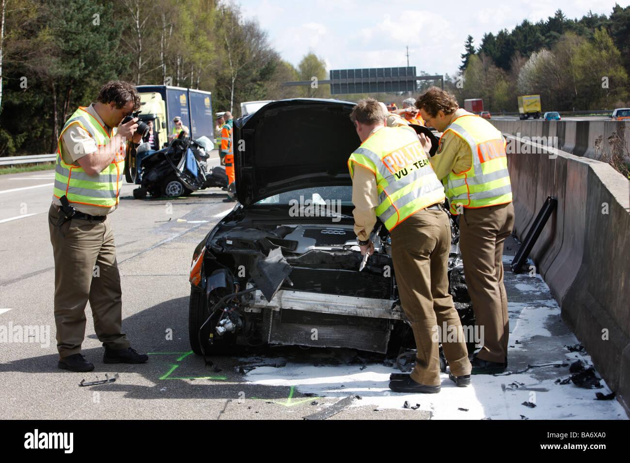 Il traffico pesante incidente sull'autostrada A1 a Leverkusen, Germania.  Speciale unità di polizia per la criminalità e la scena dell'incidente  inchiesta Foto stock - Alamy