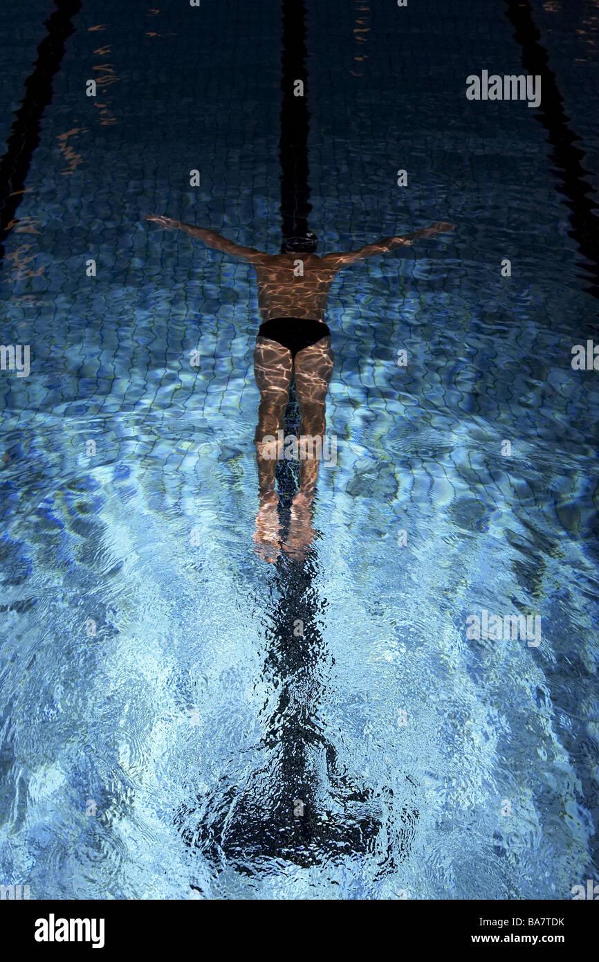 Nuotatori sotto l'acqua-personaggio della serie dei diritti di ascoltare persone uomo atleti nuotatori sport Immagini Stock