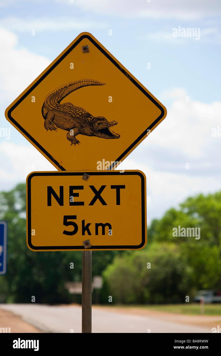 Coccodrillo segno di pericolo presso il Fiume South Alligator nel Parco Nazionale Kakadu, Territorio del Nord, l'AUSTRALIA Foto Stock