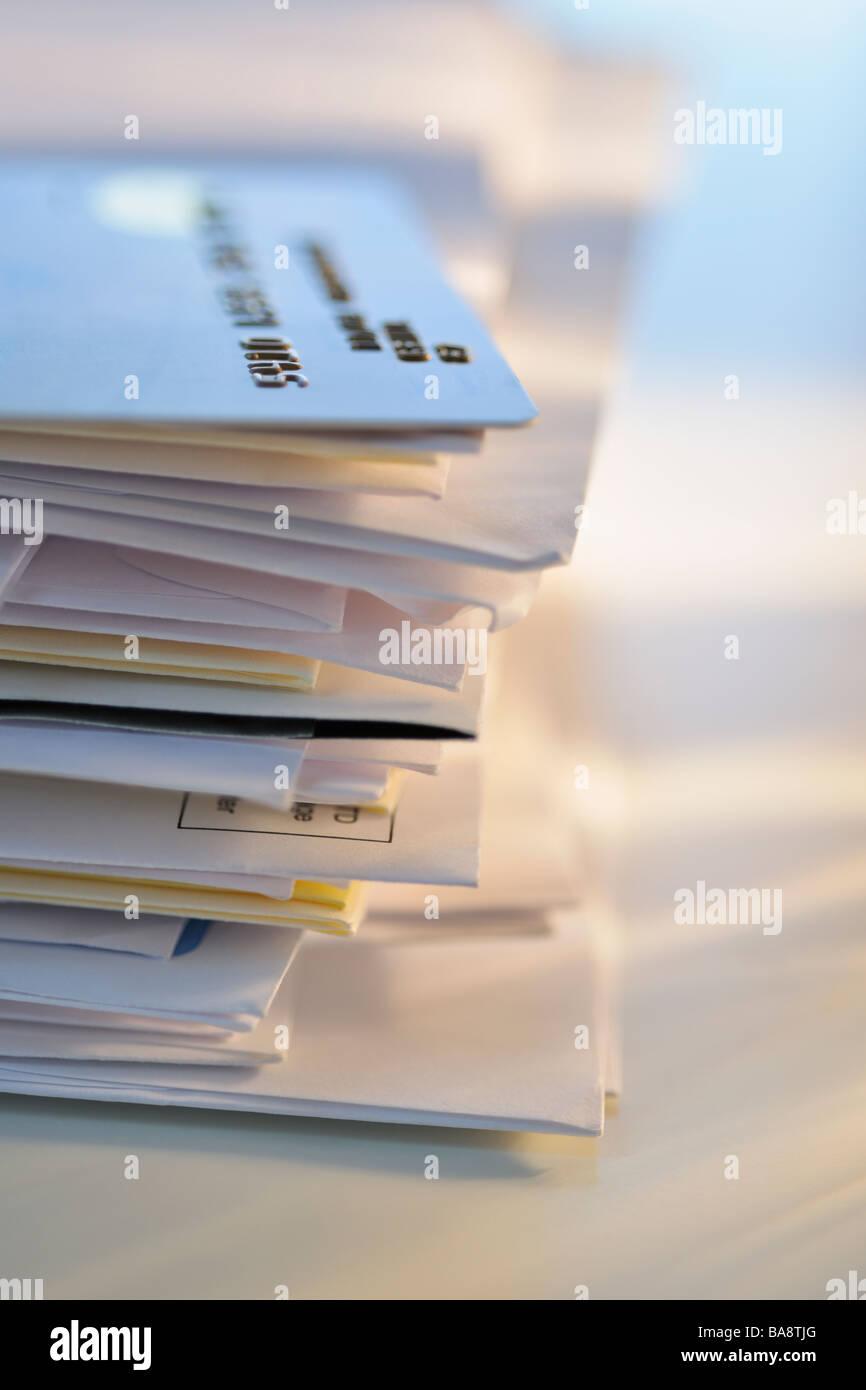 Carta di credito sulla pila di mail Immagini Stock