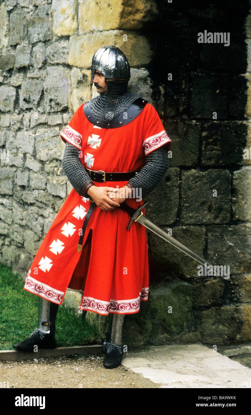 Cavaliere medievale in armatura inglese rievocazione storica Inghilterra corazza costume spada casco arsenale di Immagini Stock