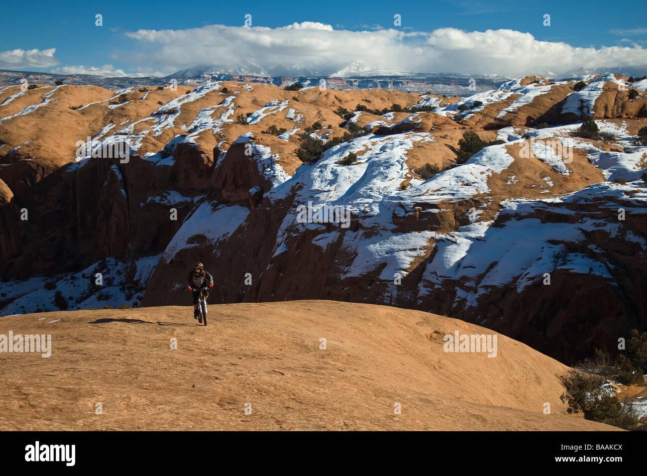 Mountain Biker cavalcando slickrock in Moab Utah. Foto Stock