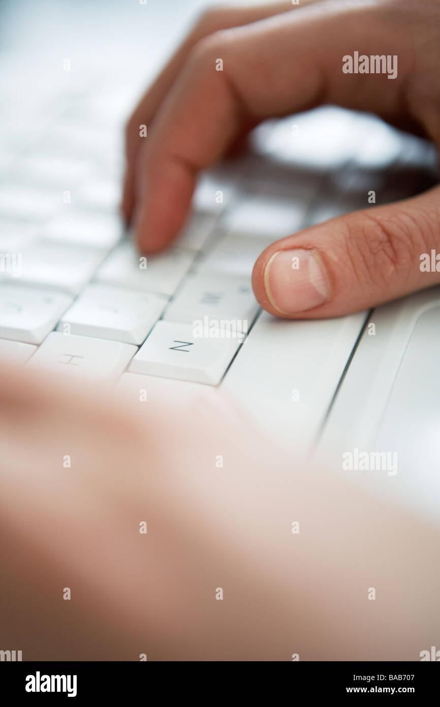 Le mani la scrittura sulla tastiera di un computer di close-up. Immagini Stock