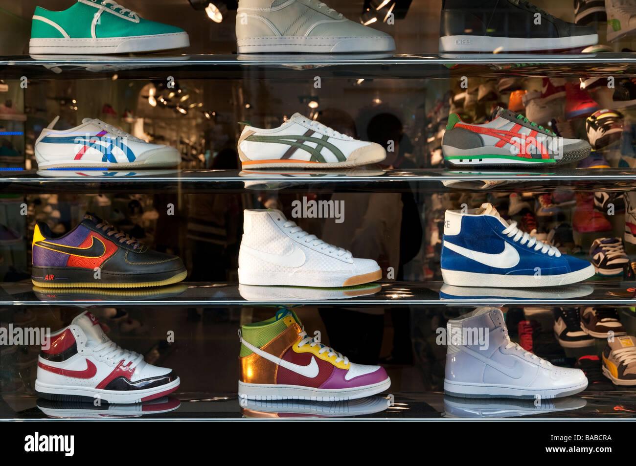 Scarpe da corsa e dei formatori in negozio finestra display Londra  Inghilterra REGNO UNITO Immagini Stock 0f26a67e7ba