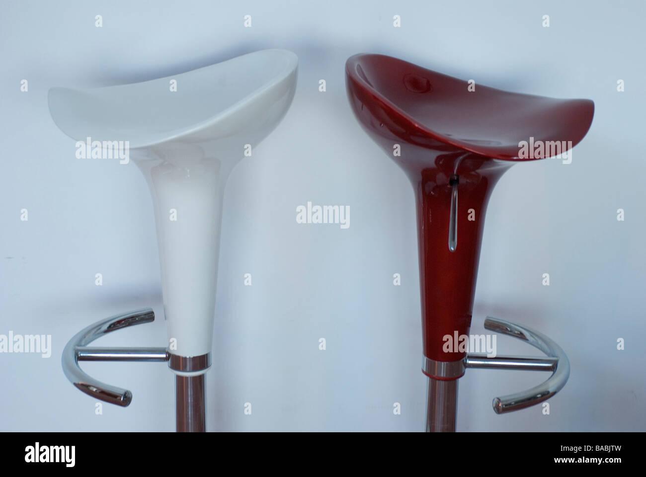 Paio di sgabello bar la plastica e il metallo in rosso e bianco