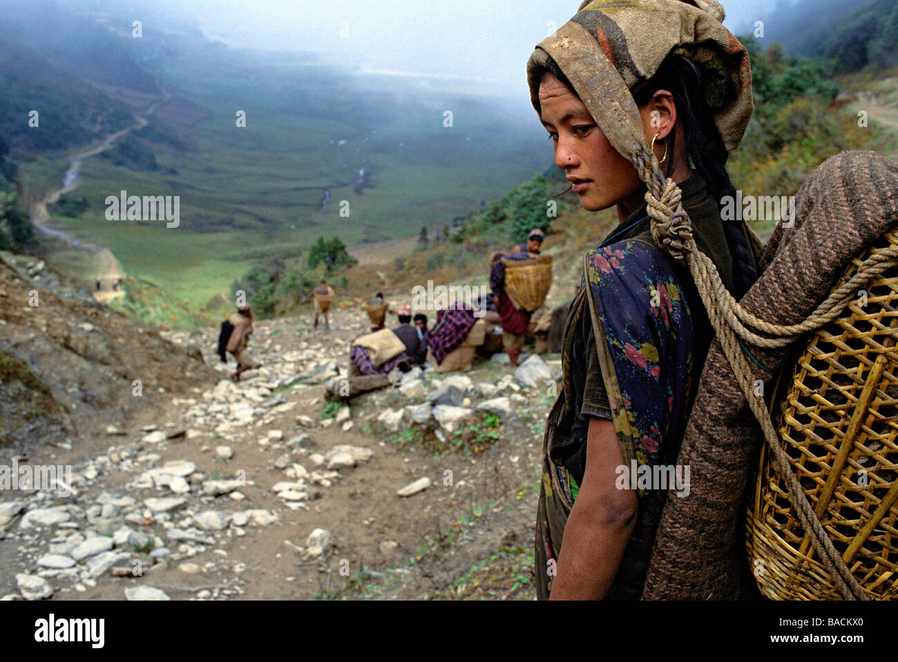 Il Nepal, facchini (portatori o bearer), Himalayans per ingranaggio di trasporto Immagini Stock