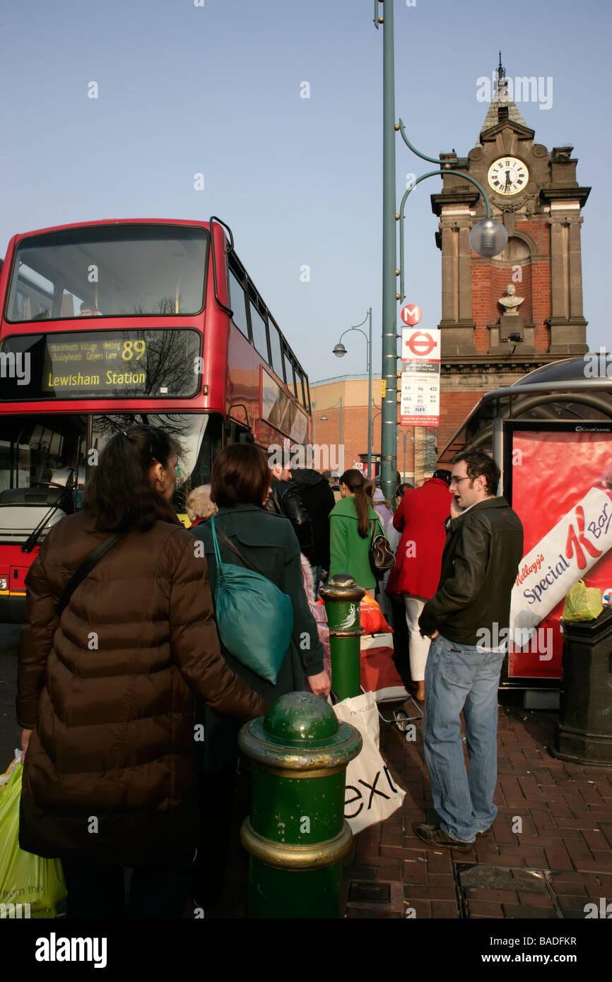 Bexleyheath centro città e itinerari segreti di Palazzo Ducale, Kent, Regno Unito: in attesa di un autobus Immagini Stock
