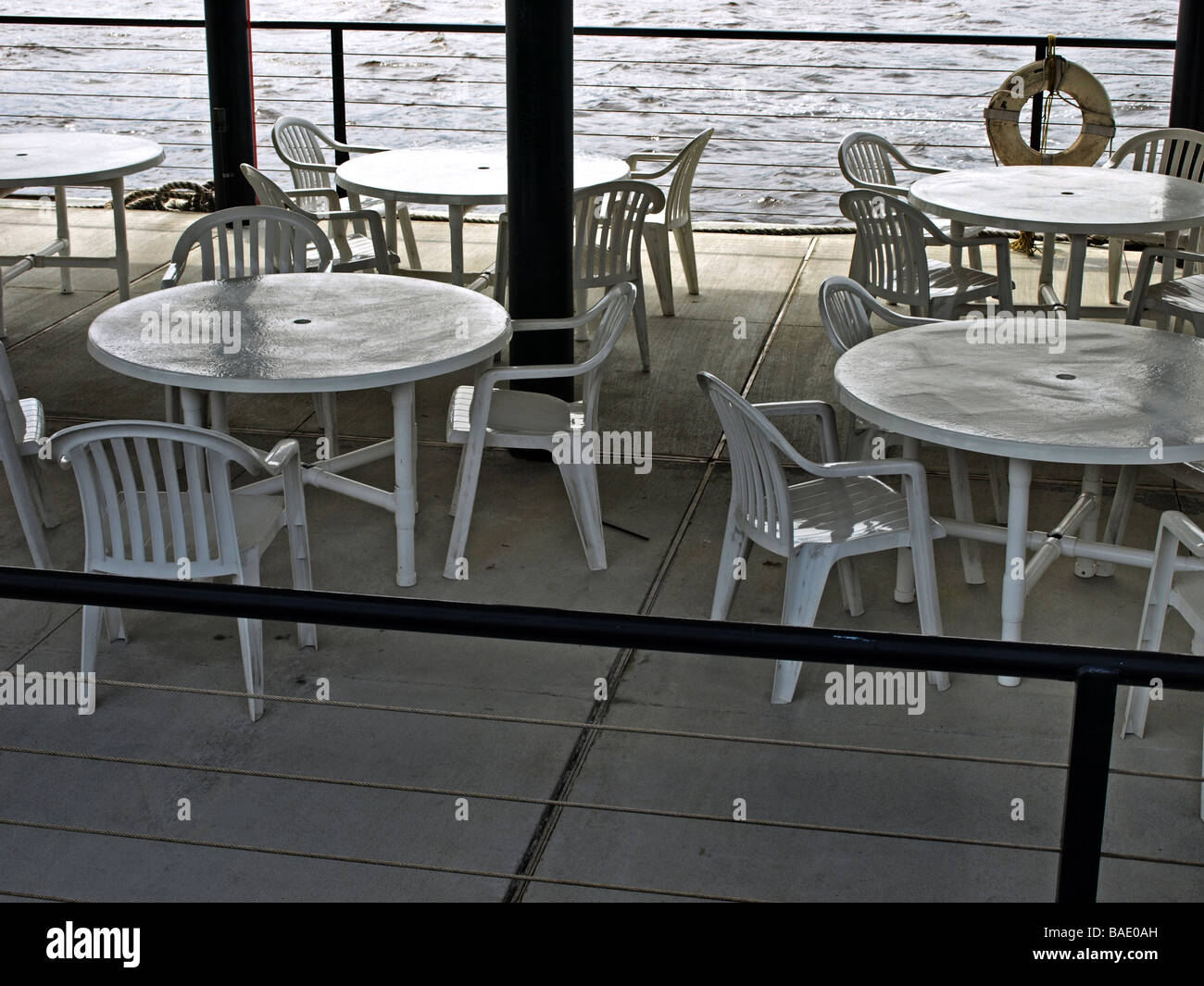 Sedie In Metallo E Plastica : Tavoli da picnic e sedie su un molo vicino al fiume con sedie in