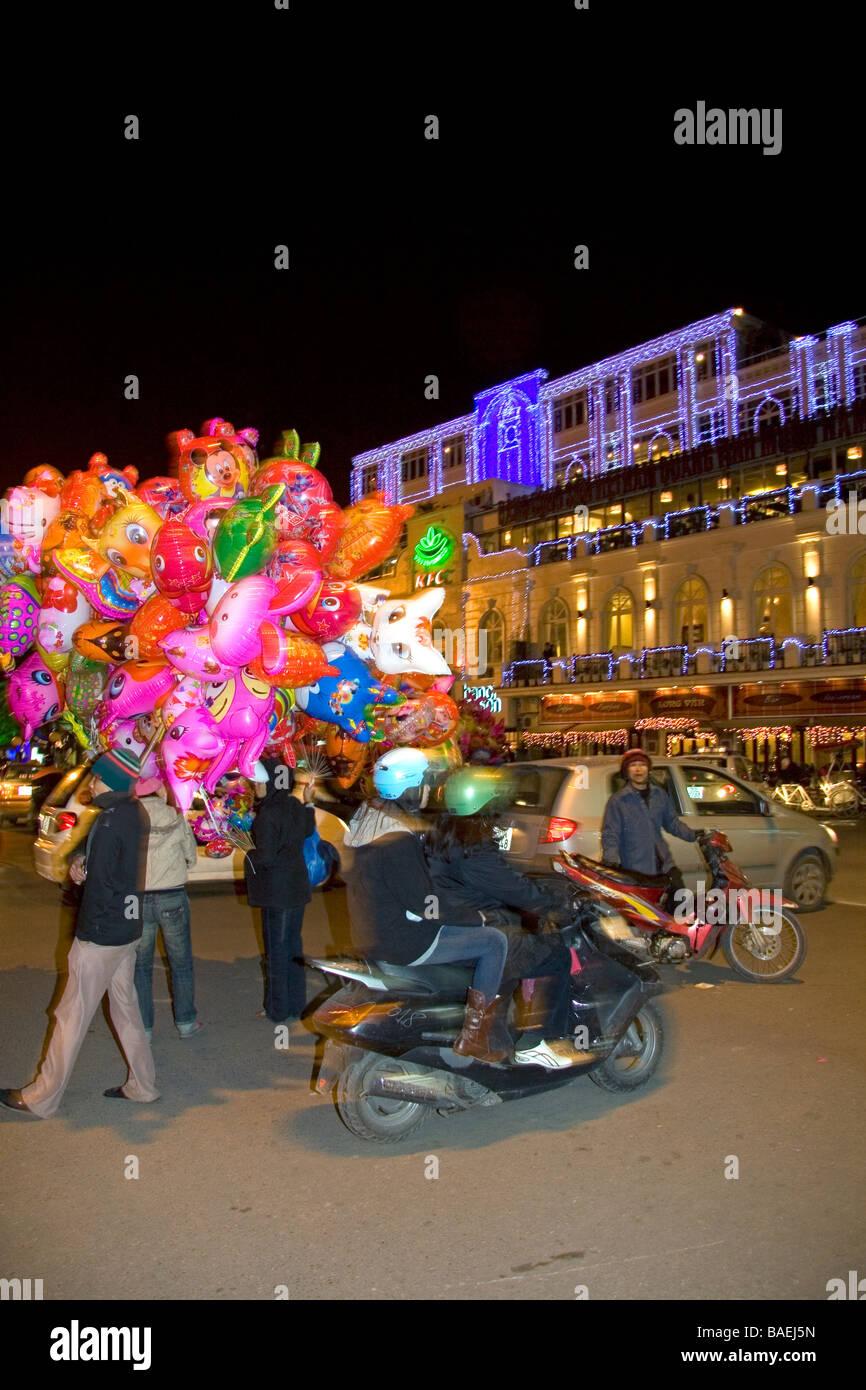 I venditori di strada che vendono palloncini colorati per il Tet in