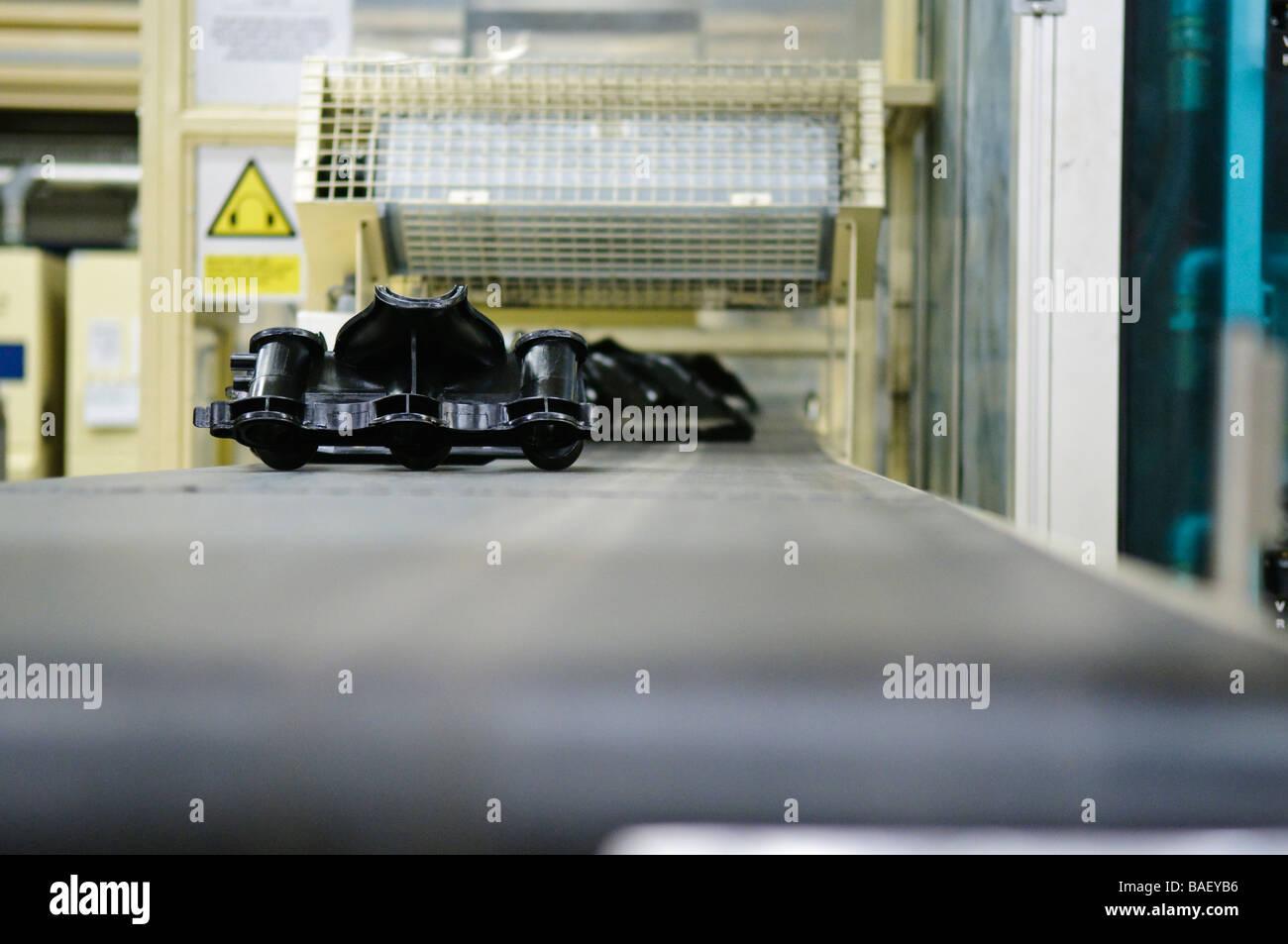 Collettori di aspirazione per Ford 4.0L motori SOHC su una linea di produzione Immagini Stock